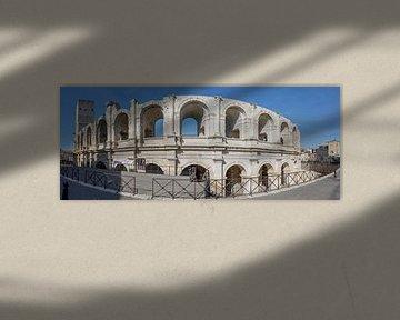 Facade van het amfitheater van Arles, Provence, Frankrijk van Maarten Hoek