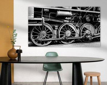 Wielen op een oude stoomlocomotief in zwart en wit van Sjoerd van der Wal