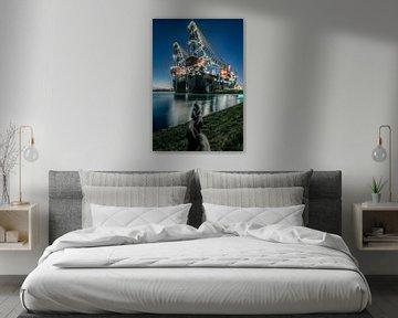 Das weltgrößte Halbtaucher-Kranschiff Sleipnir im Hafen von Rotterdam am Abend. von Claudio Duarte