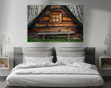 Holzbank an Holzhaus von Patrycja Polechonska