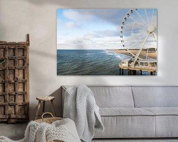 Reuzenrad bij Strand Scheveningen op de pier aan zee van Wendy Klunder