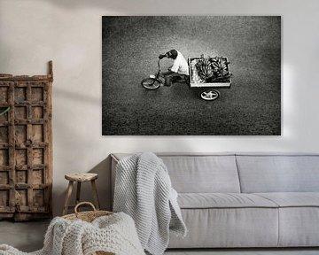 Man op fiets met bananen Cuba Havana van Lars Beekman