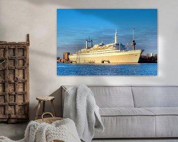 SS Rotterdam mit dem Euromast im Hintergrund von W J Kok