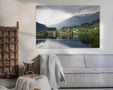 Dorpje in de bergen van Noorwegen van Dennis Claessens