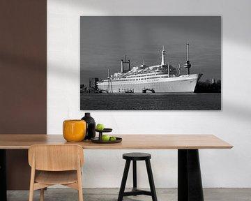 SS Rotterdam mit dem Euromast im Hintergrund in schwarz & weiß von W J Kok