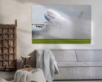 Boeing 747 tijdens takeoff op een natte startbaan van Ramon Berk