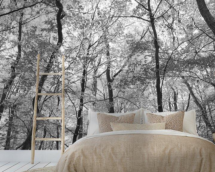 Sfeerimpressie behang: Look up in zwart wit van Christa Stroo fotografie
