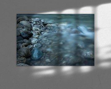 rotsen in het water van Noorwegen van Karijn   Fine art Natuur en Reis Fotografie
