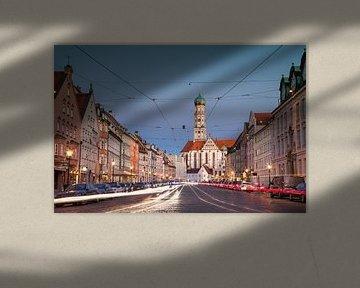 Maximilianstraße in Augsburg mit Straßenbeleuchtung von Emile Kaihatu