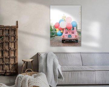 Rosa Oldtimer mit Luftballons - Die perfekte Karte für Ihren Geburtstag von Youri Claessens