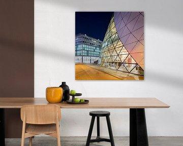 Iconic Blob bâtiment centre-ville d'Eindhoven au crépuscule 2 sur Tony Vingerhoets