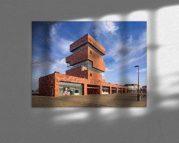 Musée MAS contre le ciel bleu avec des nuages dramatiques, Anvers 2 sur Tony Vingerhoets
