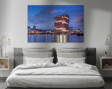 MAS Museum gegen erstaunlichen Himmel in der Dämmerung, Antwerpen von Tony Vingerhoets