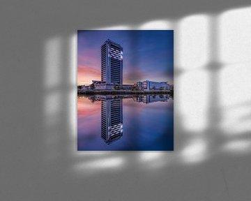 Noord-Brabant House bij zonsondergang weerspiegeld in een kanaal van Tony Vingerhoets