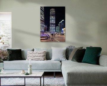 Scène de nuit avec zone commerciale et gratte-ciel, Shanghai, Chine sur Tony Vingerhoets