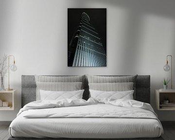 Beleuchtete Wolkenkratzer in der Nacht in finanziellen Bereich, Shanghai, China von Tony Vingerhoets
