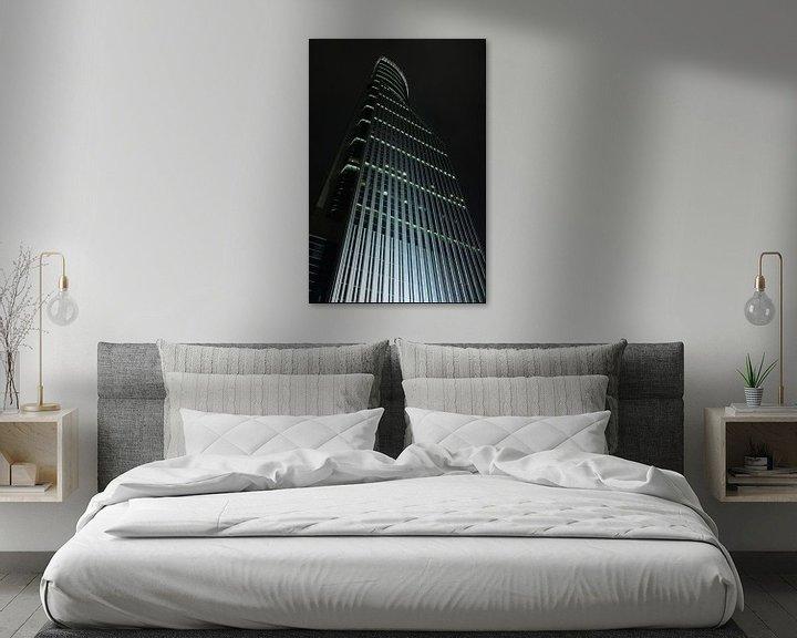 Impression: gratte-ciel illuminé la nuit dans la zone financière, Shanghai, Chine sur Tony Vingerhoets
