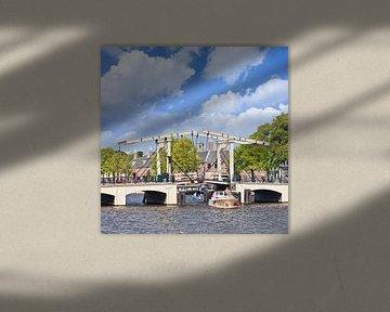 Meager Pont dans la zone du canal d'Amsterdam un jour d'été sur Tony Vingerhoets