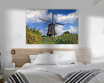 moulin à vent hollandais traditionnel dans une prairie, ciel bleu et nuages 1 sur Tony Vingerhoets
