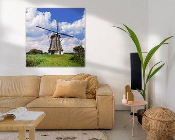 moulin à vent hollandais traditionnel dans une prairie, ciel bleu et nuages 3 sur Tony Vingerhoets