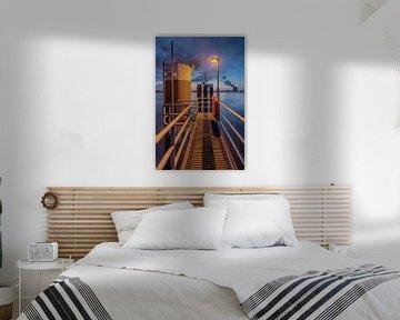 Pier met kolom en metalen roosters bij zonsondergang, haven van Antwerpen van Tony Vingerhoets