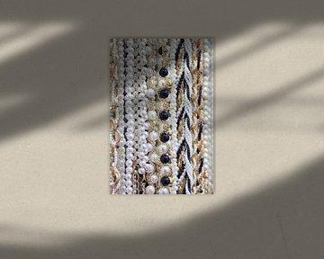 Close-up van opknoping strings van betoverende witte parels 1 van Tony Vingerhoets