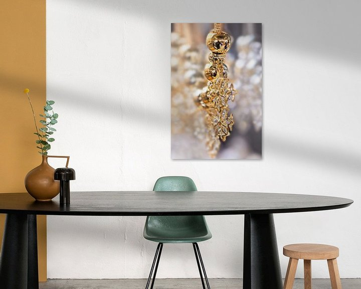Impression: Gros plan d'un collier en or avec des diamants sur Tony Vingerhoets
