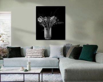 Stilleben Blumen in Vase in Schwarz-Weiß von Marjolein van Middelkoop