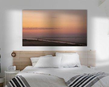 een prachtige zonsopkomst op een vroege ochtend vol laag hangende mist van Studio de Waay