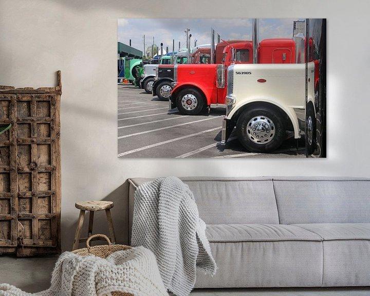 Sfeerimpressie: Aantal Amerikaanse vrachtwagens op een rij van Ramon Berk