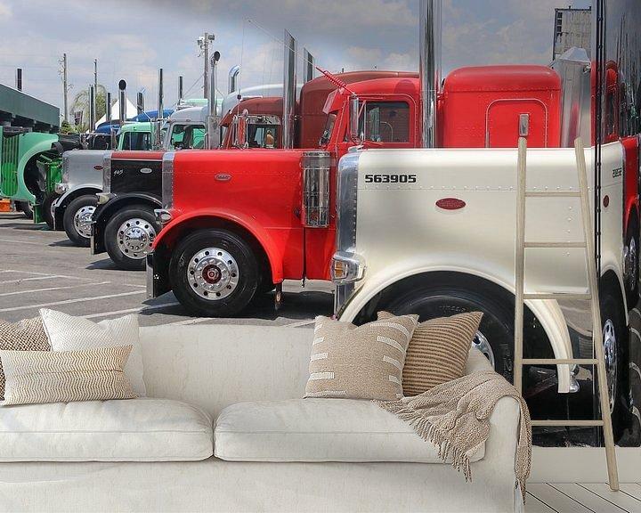 Sfeerimpressie behang: Aantal Amerikaanse vrachtwagens op een rij van Ramon Berk