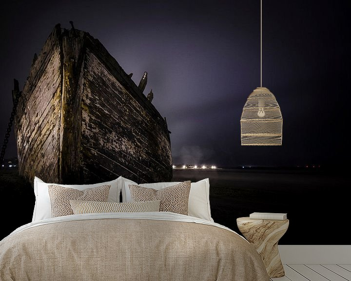 Sfeerimpressie behang: Ship on the beach van Photography by Karim