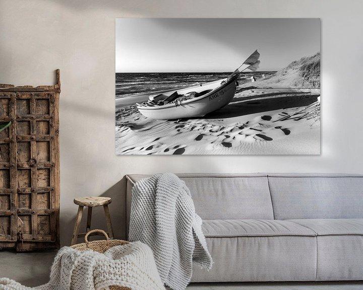 Beispiel: Einsames Boot am Strand (schwarzweiß). von Sascha Kilmer