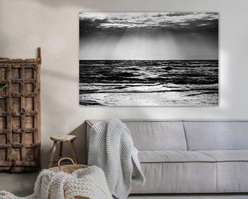 Zicht op de stormachtige zee (zwart-wit) van Sascha Kilmer
