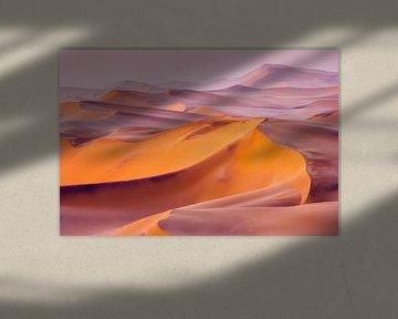 Foto van een woestijnlandschap met zandduinen bij zonsopkomst van Chris Stenger