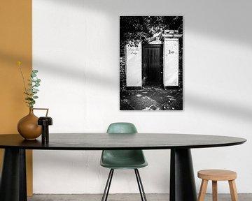 Londoner Tür in Schwarz-Weiß I Straßenfotografie von Diana van Neck Photography