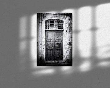 Alte Tür in Rethymnon, Kreta | Schwarz-Weiß-Foto I Straßenfotografie von Diana van Neck Photography