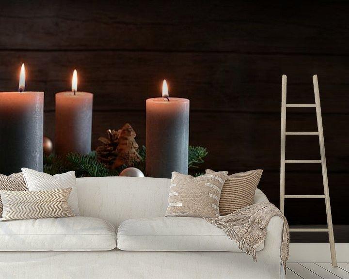 Impression: Quatre bougies allumées sur une couronne de l'Avent à partir de branches de sapin avec une décoratio sur Maren Winter