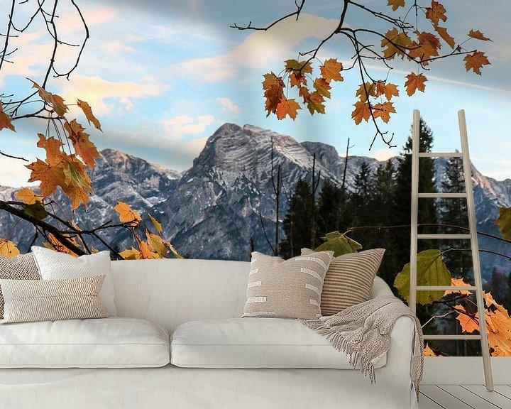 Sfeerimpressie behang: Bergen in een lijstje van bladeren van Saranda Hofstra