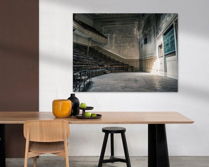 Beispiel: Hörsaal im Gebäude der Universität für abgelaufene Studiengänge in Belgien von Art By Dominic