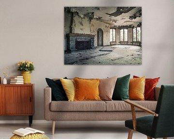 Wohnzimmer mit offenem Kamin in abgelaufener Villa in Belgien von Art By Dominic