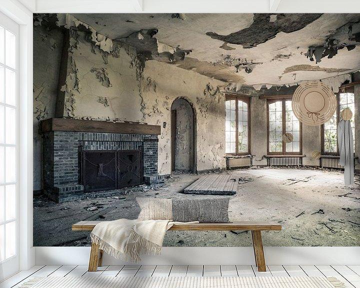 Beispiel fototapete: Wohnzimmer mit offenem Kamin in abgelaufener Villa in Belgien von Art By Dominic