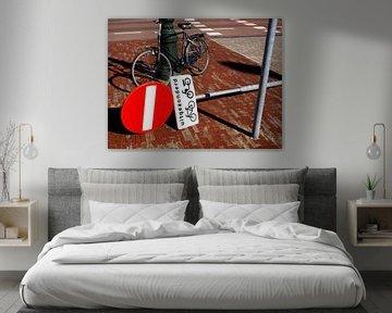 Nature morte de la bicyclette et du panneau routier sur Norbert Aronds