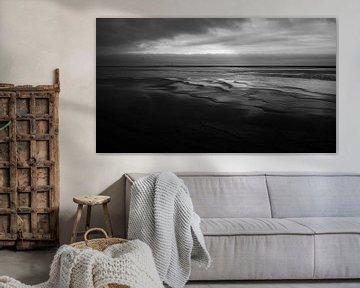 Auf Vlieland hat das Licht Schwierigkeiten, die Landschaft zu färben, es wird stark regnen. von Studio de Waay
