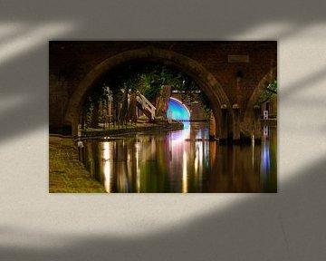 Blick durch die Jacobi-Brücke, Oudegracht in Utrecht von Donker Utrecht