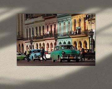 Amerikaanse klassieke auto's in Havana, Cuba van Peter Schickert