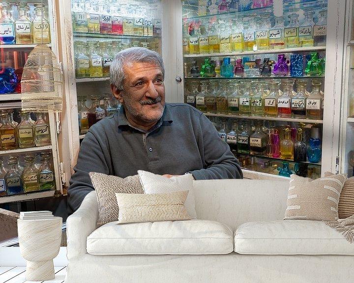 Sfeerimpressie behang: Potrait van de Iraanse man in zijn winkel van Jeroen Kleiberg