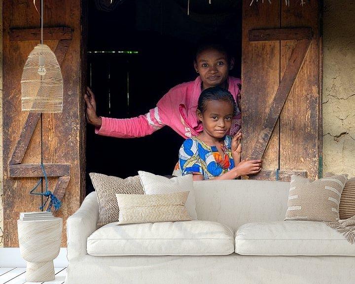 Sfeerimpressie behang: Portret van een Madagaskische familie van Jeroen Kleiberg
