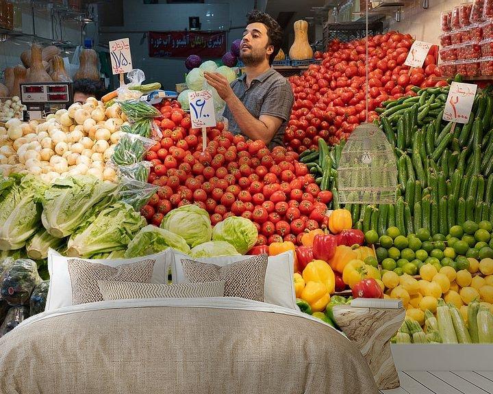 Sfeerimpressie behang: Groentenwinkel in Teheran van Jeroen Kleiberg