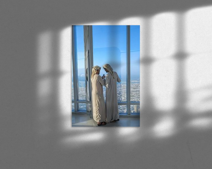 Sfeerimpressie: Twee Arabische mannen in de Burj Khalifa in Dubai... van Jeroen Kleiberg